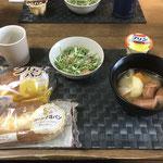 5月1日金曜日、Ohana朝食「ポトフ(人参、じゃがいも、玉ねぎ、ウインナー)、クリームパン、おかずパン、サラダ(水菜、カニカマ、ツナ)、プリン」