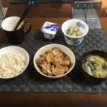 3月1日月曜日、Ohana朝食「鶏と大根のさっぱり煮、みそ汁(大根の葉、油揚げ、ねぎ)、切り干し大根ときゅうりとツナの酢の物、ヨーグルト」