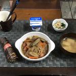 3月8日月曜日、Ohana朝食「ごぼうとウインナーの野菜炒め、ほうれん草とえのきのなめ茸和え、みそ汁(ねぎ、油揚げ)、ちまき、ヨーグルト」