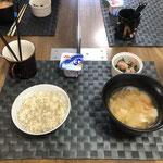 4月24日土曜日、Ohana朝食「野菜たっぷりのワンタンスープ(玉ねぎ、もやし、人参、ねぎ)、ほうれん草とベーコンのバターソテー、ヨーグルト」