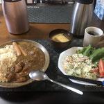 2月1日土曜日、Ohana朝食「カレーライス、ボイルウインナー、サラダ(キャベツ、ハム、きゅうり、レタス、トマト)みそ汁(油揚げ、ねぎ)」