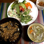 5月19日日曜日、Ohana夕食「麻婆茄子丼、サラダ(レタス、トマト、きゅうり、カニカマ、ブロッコリ、人参、水菜、スープ(しめじ、人参、大根)」
