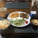 4月13日月曜日、Ohana朝食「ごぼうとウインナーのピリ辛炒め(玉ねぎ、アスパラガス)、切り干し大根、サラダ(水菜、ツナ、プチトマト)、みそ汁(ねぎ、油揚げ、とうふ)、ヨーグルト」
