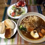 5月7日火曜日、Ohana夕食「ビーフシチュー(パスタ、ジャガイモ、ブロッコリー)、サラダ(レタス、玉ねぎ、カイワレ大根、トマト、ゆで卵、カニカマ)、コストコ半熟成パンx2、パウンドケーキ、いちご(Ohana産)