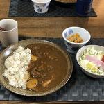 5月18日月曜日、Ohana朝食「カレーライス、サラダ(キャベツ、リンゴ、ハム、トマト)、切り干し大根」
