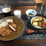 12月13日日曜日、Ohana夕食「カツカレーライス、生野菜(サニーレタス、プチトマト)、さつま芋チップス、ほうれん草となめ茸和え、ラッシー」