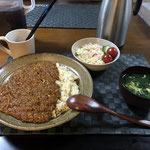 3月12日木曜日、Ohana夕食「キーマカレー、サラダ(キャベツ、きゅうり、プチトマト)、ほうれん草とかきたまスープ」