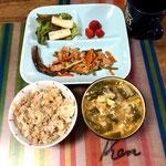 5月13日月曜日、Ohana朝食「ニンニク芽炒め、竹輪マヨネーズ、サラダ(サニーレタス)、茄子焼、もずく酢、ワンタンスープ、そぼろご飯、いちご」