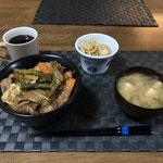 4月9日木曜日、Ohana夕食「野菜たっぷりカルビ丼(キャベツ、玉ねぎ、人参、もやし、ピーマン)、もやしのナムル、みそ汁(とうふ、ねぎ)」