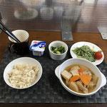 8月30日月曜日、Ohana朝食「鶏と大根と人参の煮物、水菜サラダ、きゅうりの浅漬け、ヨーグルト」