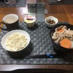 1月28日木曜日、Ohana夕食「野菜たっぷり和風うどん(白菜、人参、ねぎ、玉ねぎ、舞茸、ちくわ、豚肉)、なめこカレー炒め、プリン」