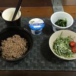 6月28日月曜日、Ohana朝食「そぼろ丼、おかひじきとツナマヨ和えサラダ、プチトマト、ほうれん草の胡麻和え、ヨーグルト」