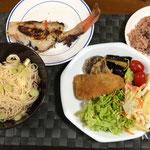 3月20日土曜日、Ohana夕食「赤飯、赤魚の粕漬け、鯵フライ、椎茸、茄子の素揚げ、マカロニサラダ(ミニトマト、線キャベツ)、素麺」