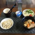7月19日月曜日、Ohana朝食「とり肉と大根の煮物、水菜とスライス新玉ねぎの味ぽんマヨサラダ、茹でブロッコリー、プチトマト、ヨーグルト」