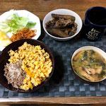 1月19日日曜日、Ohana朝食「卵そぼろ丼、サラダパスタ添え、リンゴ1/7カット、ごぼうと豚肉の時雨煮、」