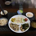 8月2日月曜日、Ohana朝食「ゴーヤチャンプルー、キャベツとハムのサラダ、カボチャサラダ、セロリスティック、みそ汁(かぶの葉)、かぶの和風マヨサラダ、小松菜とちくわの煮物、ヨーグルト」