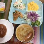 7月13日土曜日、Ohana朝食「スクランブルエッグ、線キャベツ、油淋鶏、ポテサラ、キャベツとウインナーのコンソメスープ、黒糖ロール2個」