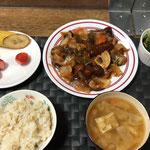 1月16日土曜日、Ohana夕食「酢豚、ほうれん草のお浸し、みそ汁(大根、人参、油揚げ)、早物、バナナ、イチゴ」