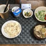 10月5日火曜日、Ohana朝食「野菜たっぷりのワンタンスープ、(白菜、チンゲン菜、もやし、まいたけ、人参)、水菜サラダ、小松菜とベーコン炒め、ヨーグルト」