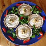 4 Tartes aux champignons présentées sur un lit de salade mâche dans une assiette bleu et rouge par Juliette ADDESSO naturopathe en Ardeche gite de la Gorre