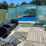 la piscine avec sa terrasse avec chaise longue par le gite de la gorre location en ardeche