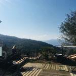 la terrasse de bois et chaises longues avec vue sur la vallée par le gite de la gorre en ardeche