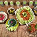 Repas complet cru, spaghettis de courgettes, houmous de betterave, tartare d'algues par Juliette ADDESSO naturopathe au gite de la Gorre stage bien être et location gite en Ardèche