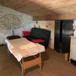 la salle de massage table à masser recouverte d'un drap blanc au gite de la gorre location en ardeche