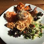 Assiette complète crue : champignon farci à la rillette de carottes, taboulé de brocoli, spagettis de patate douce par Juliette ADDESSO stage bien être au gite de la Gorre en location Ardéche