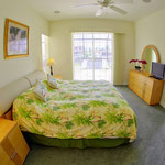 2 Masterschlafzimmer, King Size Bett, Schiebetüren zum Lanai Area.  Meridian