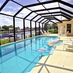 Pool, ein Whirlpool – Entspannung pur! Eine Sitzbank und ein Cocktail-Tisch im Inneren des Pools sind zusätzlich für Ihre Bequemlichkeit vorgesehen.  Meridian