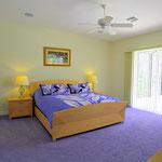 1.Master Schlafzimmer, Massive King-Size Betten  bieten optimalen Schlafkomfort in einer schönen Form. Meridian.