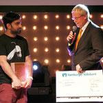 Scheckübergabe der Hamburger Volksbank an den Nachwuchsgewinner Fayzen