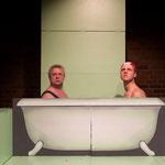 Herren in der Badewanne