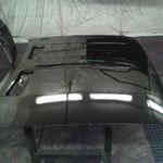 Résultat après vernissage anti-corrosion du capot d'une voiture