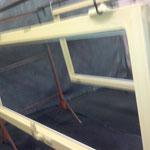 Laquage bicolore de l'encadrement de fenêtre et porte-fenêtre en PVC par notre atelier de peinture industrielle toulousain