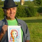 Moussa posant fièrement avec une peinture réalisé par Mireille, la fille de l'artiste.