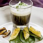 Steinpilz-Essenz mit Milchhaube und Knusperstange   ©M.Schröder/CM Digital Color
