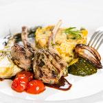 Lammkoteletts in Limettenmarinade, Couscous-Kichererbsen-Salat und Ofengemüse ©M.Schröder/CM Digital Color