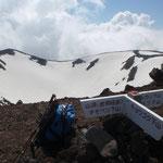 外輪まで到達。京極側ピーク(三角点)まであと少し。