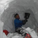 雪洞を頑張って掘る。