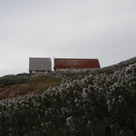 新旧羊蹄山避難小屋 小さいほうが新避難小屋