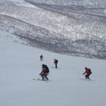 前目国内岳に向け、しまった雪の稜線慎重に滑る。