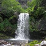 ハングの滝 右岸のガレ場を一段登り、少し戻り残地ロープのある岩を登ると巻道がある。