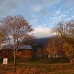 真狩側登山口まで戻ってきた。まだ紅葉黄葉が残っている。
