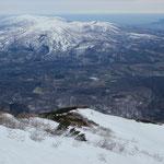 カール状の窪地の雪を拾いながら降るが、1700mから1650m付近は一旦板を外す。