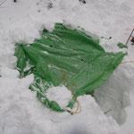 縦穴とツェルトを用いた簡易な雪洞 短時間で掘ることができる。