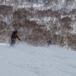 前目国内岳の南斜面を滑る。