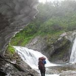 屈曲点 右手から滝を伴う沢が入ってくる。奥の二股(大曲としている記録もある。)