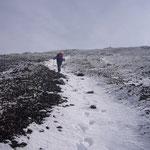 雪のついたガリーをアイゼンで登る。